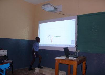 Ecole nationale du Paraguay. Les deux tableaux (blanc et noir) cohabitent. A noter: l'estrade qui permet aux jeunes élèves d'écrire en haut du tableau.