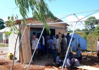 La Montagne de Jacmel - Le séisme ayant détruit l'école, une classe provisoire est reconstruite pour accueillir les cours numériques : murs en toile et structure en bois pour supporter le vidéoprojecteur interactif...