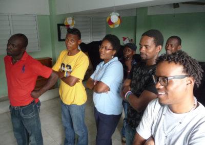 La dirigeante et les enseignants de MEVA se réjouissent du TNI qu'ils viennent d'installer.