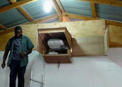 Ecoles des Salésiens (La Saline - PaP) - Le projecteur interactif est placé dans un coffret en bois pour le protéger de la poussière...