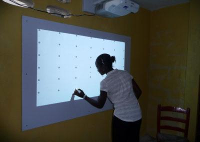 """Une fois posé, le tableau doit être """"calbré"""" pour que l'interactivité du vidéoprojecteur soit correctement prise en compte."""