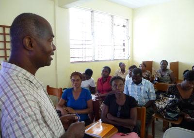 EFACAP de Mersan : M. Jolivert, inspecteur du district de Camp-Perrin/Maniche encourage les enseignants de l'EFACAP et des écoles environnantes à adopter le Tableau Numérique Interactif.