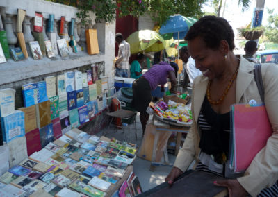 Nous étudions attentivement tous les ouvrages scolaires. Les livres de classe s'achètent la plupart du temps dans la rue.